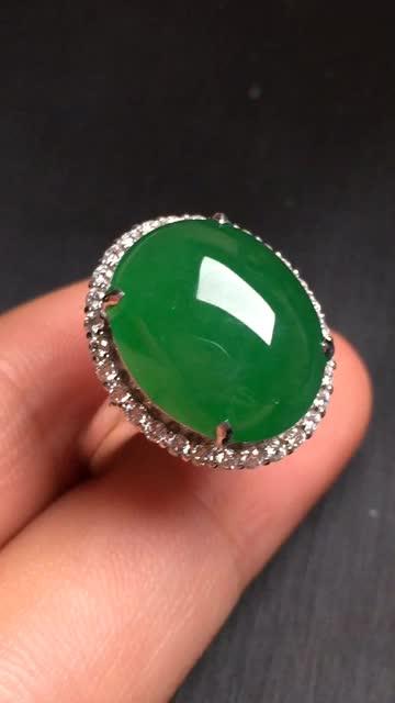 【翡翠A货,阳绿蛋面戒指,18k金伴钻镶嵌,完美,种水超好,性价比高。整体尺寸:18.5*16*10.3】图1