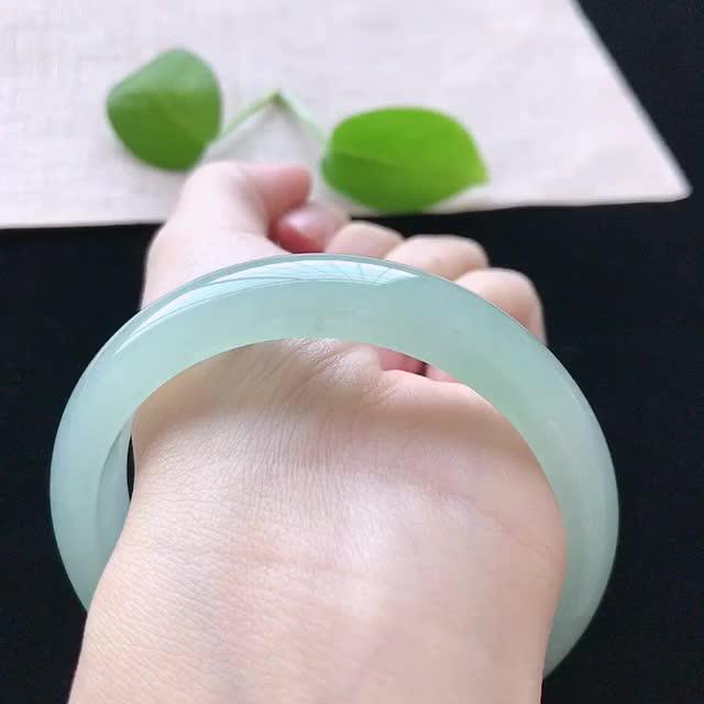 【正圈:58.5。天然翡翠A货。冰糯种晴绿手镯。玉质莹润,佩戴清秀优雅。尺寸:58.5*13.2*7.6mm】图1
